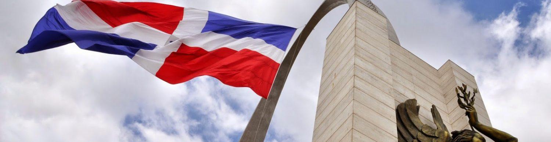 cropped-bandera-nacional-en-plaza-de-santo-domingo.jpg